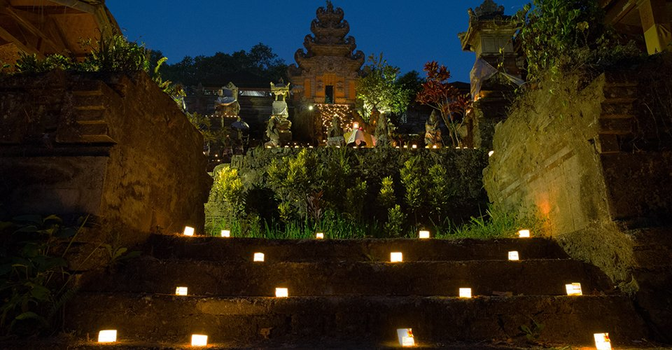 Dinner-by-The-Temple-Hanging-Gardens-of-Bali-blessing